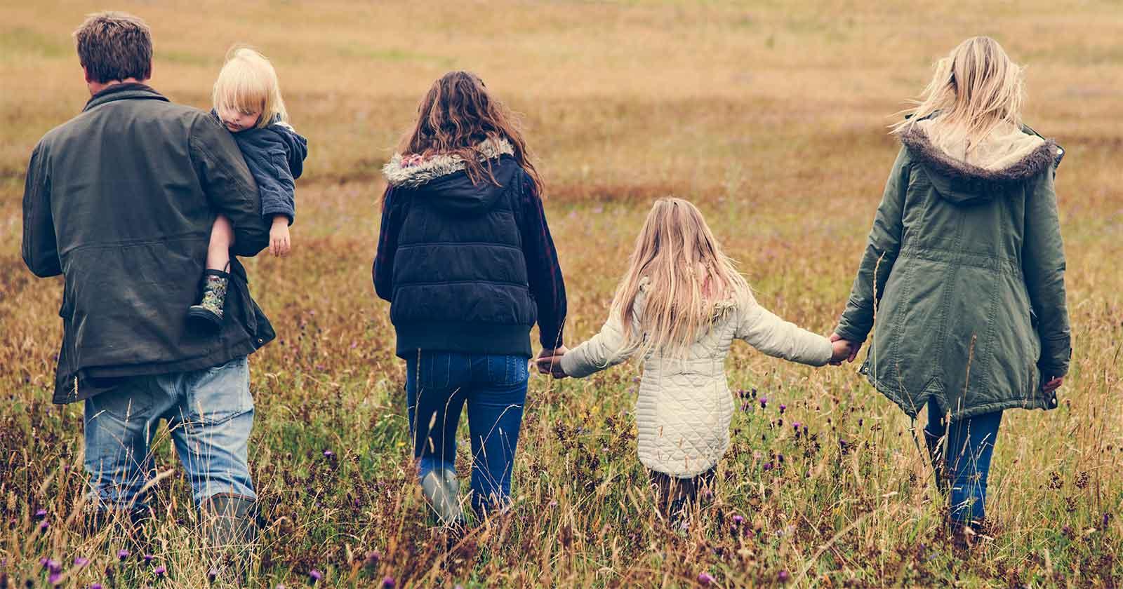 famille vue de dos
